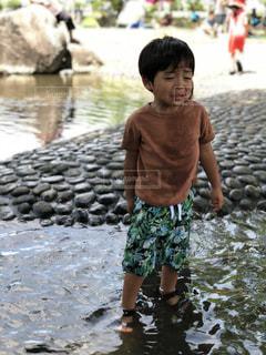 泣くのを我慢する息子の写真・画像素材[1275090]