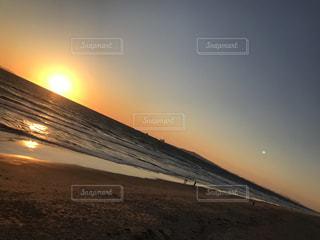 ビーチに沈む夕日の写真・画像素材[1278858]