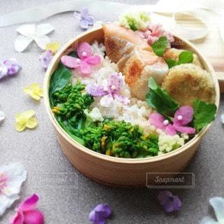 お弁当にも蝶々が。春を楽しみましょうの写真・画像素材[3124747]