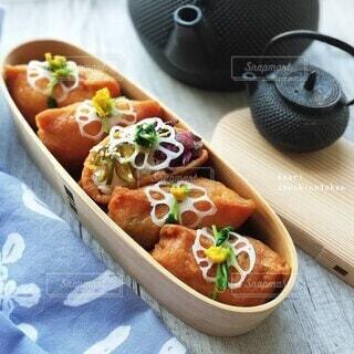 ちょっとおめかし いなり寿司弁当の写真・画像素材[3642788]