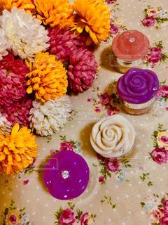 カラフルな花でいっぱいのコスメの写真・画像素材[2437692]