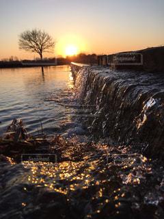 水の体に沈む夕日の写真・画像素材[1283236]