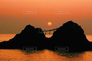 空,夕日,屋外,太陽,夕焼け,夕暮れ,水面,夫婦岩,糸島,糸島市
