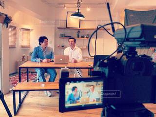 男性,PC,仕事,ビジネス,作業中,落ち着いた空間,対談,動画撮影