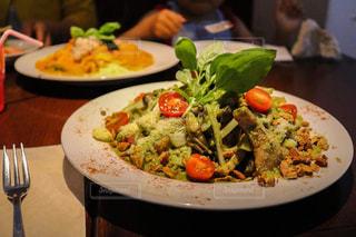 テーブルの上に食べ物のプレートの写真・画像素材[1278908]