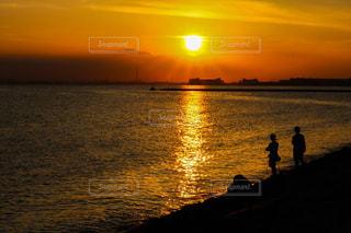 水の体に沈む夕日の写真・画像素材[1278916]