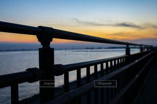水の体の上の橋の写真・画像素材[1278919]