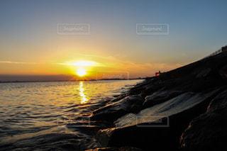 水の体に沈む夕日の写真・画像素材[1278930]