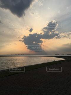 水の体に沈む夕日の写真・画像素材[1278934]