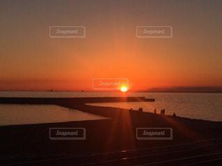 水の体に沈む夕日の写真・画像素材[1278945]