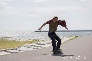 ビーチでスケート ボードに乗って男の写真・画像素材[1330373]