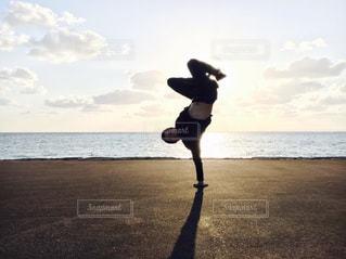 ビーチでフリスビーを投げ男の写真・画像素材[1280983]