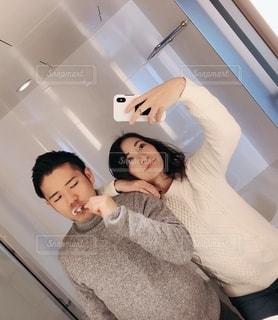 自分撮りをする男と女の写真・画像素材[2716389]
