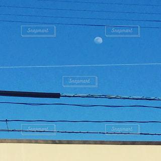 近くに青いドアのアップの写真・画像素材[1285153]