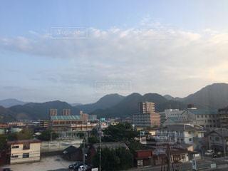 背景の山と都市のビューの写真・画像素材[1440334]