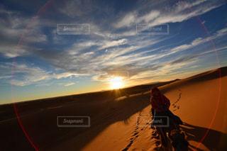 空,夕日,海外,綺麗,夕方,景色,旅行,砂漠,ラクダ,モロッコ,サハラ砂漠