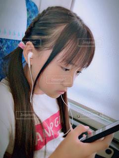 携帯電話を保持している女性の写真・画像素材[1283781]