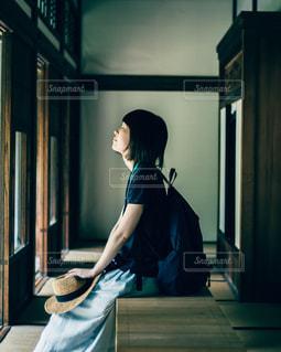 ウィンドウの前に立っている女性の写真・画像素材[1282899]