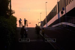 街に沈む夕日の写真・画像素材[1283855]