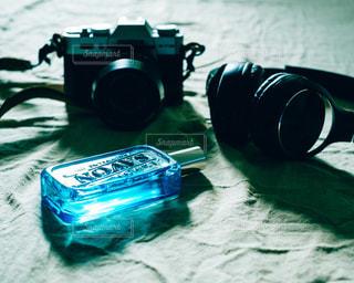 テーブルの上のカメラの写真・画像素材[2078873]