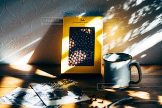 木漏れ日とコーヒーとチョコレートの写真・画像素材[2845270]