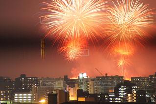 夕暮れ時市内上空の花火の写真・画像素材[1315173]