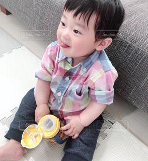 テーブルに座っている小さな子供の写真・画像素材[2081430]
