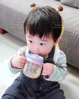 テーブルに座っている小さな子供の写真・画像素材[2081454]