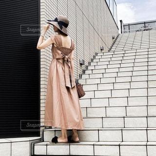 建物の前に立っている人の写真・画像素材[3466535]
