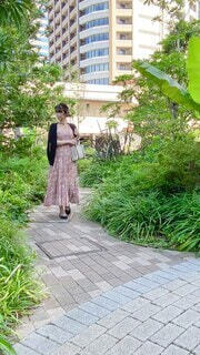 女性,風景,屋外,ワンピース,樹木,人物,人,歩道,地面,履物