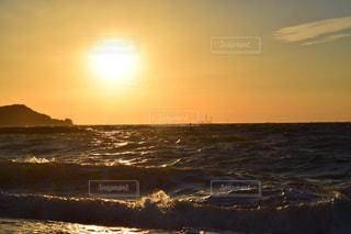 水の体に沈む夕日の写真・画像素材[1287187]