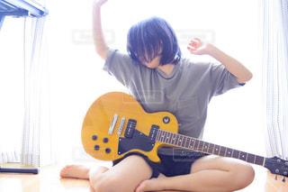 女の子とギターの写真・画像素材[1287190]