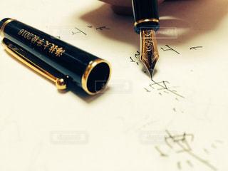 近くにペンのアップの写真・画像素材[1294576]
