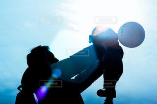 空を飛んでいる人の写真・画像素材[2177682]