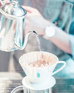 テーブルの上でコーヒーを一杯飲むの写真・画像素材[2260766]