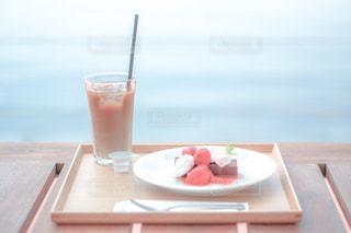 テーブルの上でコーヒーを一杯飲むの写真・画像素材[2293449]