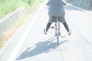 通りを自転車に乗っている人の写真・画像素材[2301993]