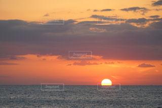 自然,風景,海,空,夕日,屋外,太陽,雲,夕焼け,夕暮れ,水面,水平線,光