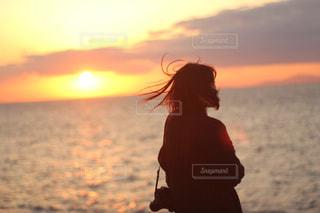女性,海,空,太陽,夕焼け,光,夕焼