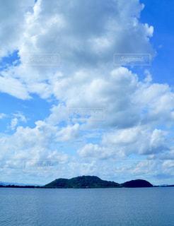 秋空の琵琶湖と沖島の写真・画像素材[2419762]