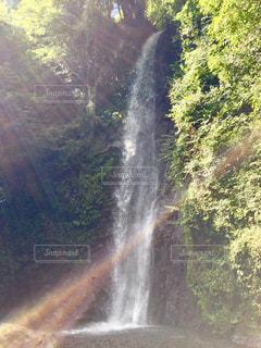 滝に陽射しが注ぎ、虹が現るの写真・画像素材[2508368]