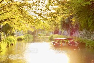 夕焼けに染まる小舟の写真・画像素材[2632016]