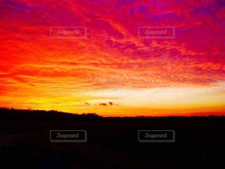 雨上がりの大地の夕焼けの写真・画像素材[2858086]