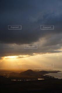 自然,風景,空,屋外,太陽,雲,夕暮れ,水面,山,光,地平線,くもり