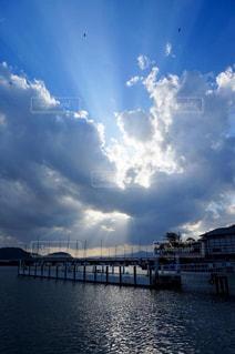 風景,空,太陽,雲,青空,水面,光,桟橋,くもり,日中