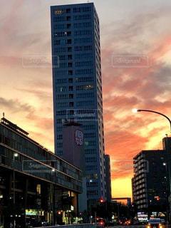 空,建物,屋外,太陽,夕焼け,光,都会,道,高層ビル,通り