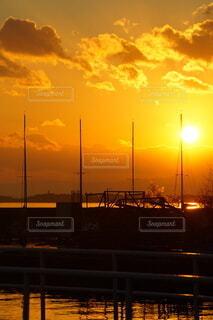 ヨットハーバーのドラマティックな夕焼けの写真・画像素材[4008764]
