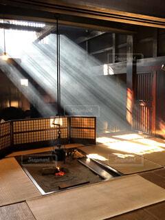 光射す暖炉の写真・画像素材[4774042]