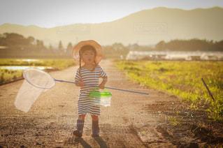 未舗装の道路を歩く人の写真・画像素材[1286134]