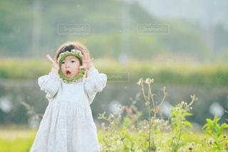 フィールドに立っている女の子の写真・画像素材[1286137]